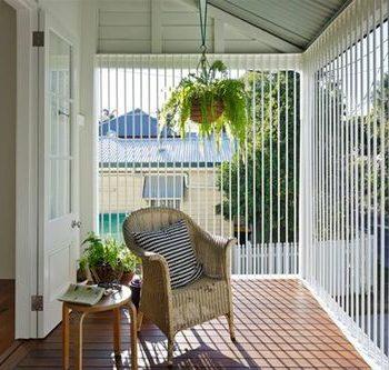 glass+verandah+with+vertical+blinds